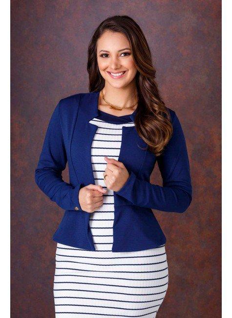 modelo cabelo castanho blazer azul marinho frente