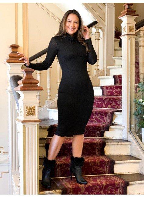 modelo cabelo castanho vestido tubinho preto em tricot mangas longas e gola alta