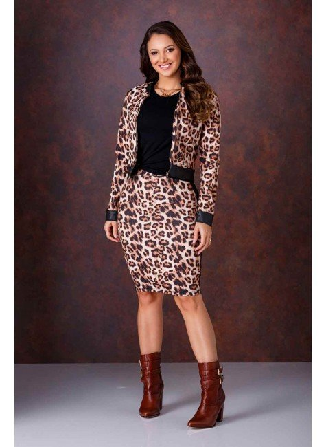 modelo cabelo castanho conjunto em crepe estampa animal print com blusa preta em viscolycra frente